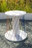 Άσπρη καρέκλα σχεδιαστών φιαγμένη από ξύλο και σχοινί Κινηματογράφηση σε πρώτο πλάνο, κάθετη στοκ εικόνες