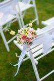 Άσπρη καρέκλα με μια δέσμη των λουλουδιών Στοκ εικόνες με δικαίωμα ελεύθερης χρήσης
