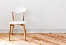 Άσπρη καρέκλα σε ένα κενό δωμάτιο στοκ εικόνα
