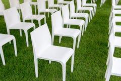 Άσπρη καρέκλα στην πράσινη χλόη Στοκ φωτογραφία με δικαίωμα ελεύθερης χρήσης
