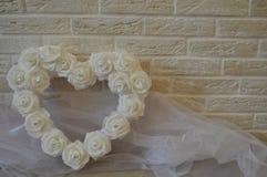 Άσπρη καρδιά με τα άσπρα τριαντάφυλλα και rhinestones στοκ εικόνες