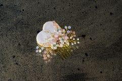 Άσπρη καρδιά με τη χειροποίητη πόρπη μαλλιών Στοκ φωτογραφία με δικαίωμα ελεύθερης χρήσης