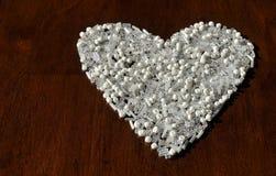 Άσπρη καρδιά σε έναν καφετή πίνακα διάστημα αντιγράφων Στοκ φωτογραφίες με δικαίωμα ελεύθερης χρήσης