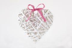 Άσπρη καρδιά φιαγμένη από κλάδους με μια κόκκινη κορδέλλα Στοκ Εικόνες
