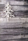 Άσπρη κατακόρυφος χριστουγεννιάτικων δέντρων στο ξύλινο πάτωμα Στοκ φωτογραφία με δικαίωμα ελεύθερης χρήσης