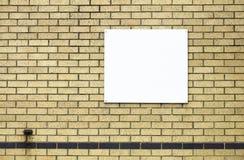 Άσπρη κενή αφίσα εμβλημάτων για τη διαφήμιση στον κίτρινο τοίχο τούβλου στοκ φωτογραφίες με δικαίωμα ελεύθερης χρήσης