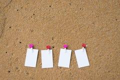 Άσπρη κενή επαγγελματική κάρτα στην άμμο παραλιών Στοκ Εικόνες