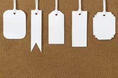 Άσπρη κενή ετικέτα ετικεττών στη σύσταση υφάσματος Στοκ Εικόνα
