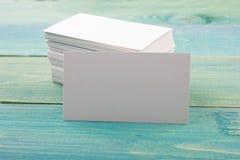 Άσπρη κενή κάρτα επιχειρησιακής επίσκεψης, δώρο, εισιτήριο Στοκ Φωτογραφία