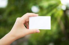 Άσπρη κενή κάρτα χεριών συγκεχυμένη Στοκ Εικόνες