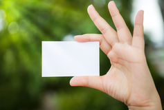 Άσπρη κενή κάρτα χεριών συγκεχυμένη Στοκ φωτογραφίες με δικαίωμα ελεύθερης χρήσης
