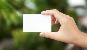 Άσπρη κενή κάρτα χεριών συγκεχυμένη Στοκ εικόνα με δικαίωμα ελεύθερης χρήσης