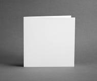 Άσπρη κενή κλειστή κάρτα στο γκρι για να αντικαταστήσει το σχέδιό σας Στοκ φωτογραφία με δικαίωμα ελεύθερης χρήσης