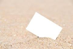 Άσπρη κενή στιγμιαία κάρτα φωτογραφιών στην άμμο παραλιών Στοκ φωτογραφία με δικαίωμα ελεύθερης χρήσης