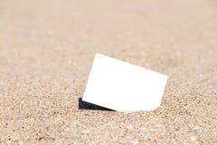 Άσπρη κενή στιγμιαία κάρτα φωτογραφιών στην άμμο παραλιών Στοκ Φωτογραφίες