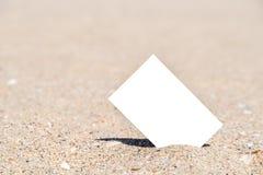 Άσπρη κενή στιγμιαία κάρτα φωτογραφιών στην άμμο παραλιών Στοκ εικόνα με δικαίωμα ελεύθερης χρήσης