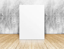 Άσπρη κενή τετραγωνική αφίσα στο συμπαγή τοίχο και το ξύλινο δωμάτιο πατωμάτων Στοκ φωτογραφία με δικαίωμα ελεύθερης χρήσης