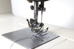 Άσπρη κινηματογράφηση σε πρώτο πλάνο ράβοντας μηχανών Στοκ Φωτογραφίες