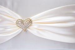 Άσπρη κορδέλλα με τη χρυσή καρδιά Στοκ Εικόνες
