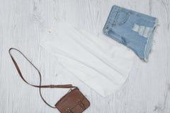 Άσπρη κορυφή δεξαμενών, τσάντα και σχισμένα σορτς τζιν Μοντέρνο con Στοκ φωτογραφία με δικαίωμα ελεύθερης χρήσης