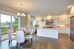 Άσπρη κουζίνα πολυτέλειας με το μεγάλο νησί κουζινών Στοκ Εικόνες