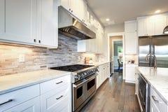 Άσπρη κουζίνα πολυτέλειας με το μεγάλο νησί κουζινών στοκ φωτογραφία με δικαίωμα ελεύθερης χρήσης