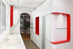 Άσπρη κουζίνα Στοκ εικόνα με δικαίωμα ελεύθερης χρήσης