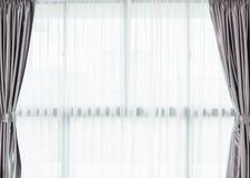 Άσπρη κουρτίνα μέσα στο παράθυρο εσωτερικό μικρό λευκό ποικιλίας διακοσμήσεων ανασκόπησης άρθρων Στοκ φωτογραφίες με δικαίωμα ελεύθερης χρήσης