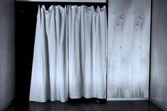 Άσπρη κουρτίνα που κλείνουν πέρα από την πόρτα σε μια ξύλινη γραπτή εικόνα τοίχων διανυσματική απεικόνιση