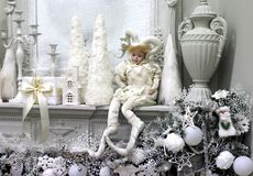 Άσπρη κούκλα για την εσωτερική διακόσμηση δίπλα στα διακοσμητικά αντικείμενα στο σπίτι στοκ εικόνες με δικαίωμα ελεύθερης χρήσης