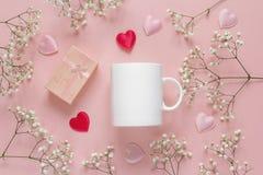 Άσπρη κούπα καφέ με τα μικρά άσπρα λουλούδια, το κιβώτιο δώρων και τις καρδιές Στοκ φωτογραφίες με δικαίωμα ελεύθερης χρήσης