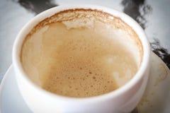 Άσπρη κούπα καφέ με τους λεκέδες καφέ στον πίνακα Στοκ Εικόνα