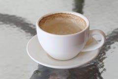 Άσπρη κούπα καφέ με τους λεκέδες καφέ στον πίνακα Στοκ Φωτογραφία