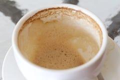 Άσπρη κούπα καφέ με τους λεκέδες καφέ στον πίνακα Στοκ εικόνα με δικαίωμα ελεύθερης χρήσης