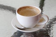 Άσπρη κούπα καφέ με τους λεκέδες καφέ στον πίνακα Στοκ φωτογραφία με δικαίωμα ελεύθερης χρήσης