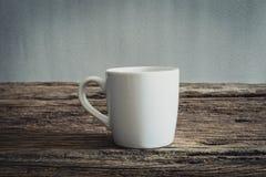 Άσπρη κούπα ξύλινο tabletop Στοκ Φωτογραφία