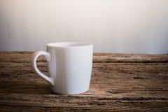 Άσπρη κούπα ξύλινο tabletop Στοκ Φωτογραφίες