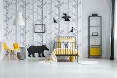 Άσπρη κρεβατοκάμαρα με την ταπετσαρία έμπνευσης Στοκ Εικόνες