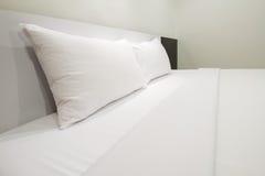 Άσπρη κρεβατοκάμαρα Στοκ εικόνες με δικαίωμα ελεύθερης χρήσης