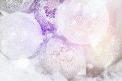 Άσπρη κρεμώντας διακόσμηση σφαιρών για το χριστουγεννιάτικο δέντρο Λαμπρό ελαφρύ υπόβαθρο διακοσμήσεων Χριστουγέννων φλογών εύθυμ Στοκ Φωτογραφίες