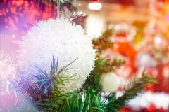 Άσπρη κρεμώντας διακόσμηση σφαιρών για το χριστουγεννιάτικο δέντρο Λαμπρό ελαφρύ υπόβαθρο διακοσμήσεων Χριστουγέννων φλογών εύθυμ Στοκ Φωτογραφία