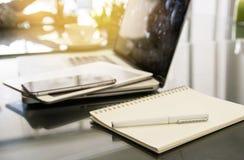 Άσπρη μάνδρα στα σημειωματάρια με το θολωμένο υπόβαθρο lap-top Στοκ Εικόνες