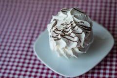 Άσπρη μαρέγκα με τα λωρίδες σοκολάτας στοκ φωτογραφία με δικαίωμα ελεύθερης χρήσης