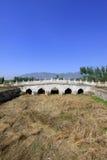 Άσπρη μαρμάρινη γέφυρα πετρών πέντε-τρυπών στους ανατολικούς βασιλικούς τάφους ο Στοκ Εικόνες