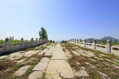 Άσπρη μαρμάρινη γέφυρα πετρών πέντε-τρυπών στους ανατολικούς βασιλικούς τάφους ο Στοκ εικόνα με δικαίωμα ελεύθερης χρήσης