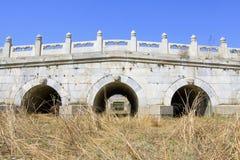 Άσπρη μαρμάρινη γέφυρα πετρών τριών τρυπών στους ανατολικούς βασιλικούς τάφους Στοκ εικόνες με δικαίωμα ελεύθερης χρήσης