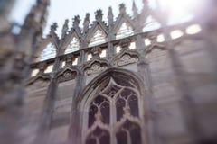 Άσπρη μαρμάρινη κατασκευή στη στέγη του διάσημου Di Μιλάνο, πλατεία Duomo καθεδρικών ναών στο Μιλάνο, Ιταλία Θαμπάδα και μετακίνη Στοκ εικόνα με δικαίωμα ελεύθερης χρήσης