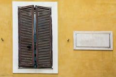 Άσπρη μαρμάρινη κλασική κενή πινακίδα με το κενό διάστημα για το κείμενο Στοκ εικόνα με δικαίωμα ελεύθερης χρήσης