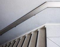 Άσπρη μαρμάρινη σκάλα με το κιγκλίδωμα μετάλλων Στοκ φωτογραφίες με δικαίωμα ελεύθερης χρήσης