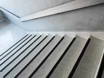 Άσπρη μαρμάρινη σκάλα σχεδίων με το κιγκλίδωμα μετάλλων Στοκ φωτογραφία με δικαίωμα ελεύθερης χρήσης